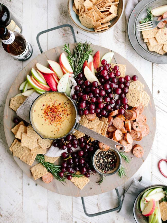 brooke-lark-gift-items-cheese-board-charcuterie-gift-ideas-holidays-coworkes-colleagues-girlfriend-boyfriend-wife-husband-boss